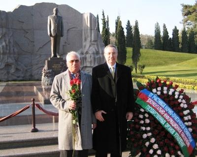 Возложение венка от участников конференции на могилу Гейдара Алиева в аллее почетного захоронения