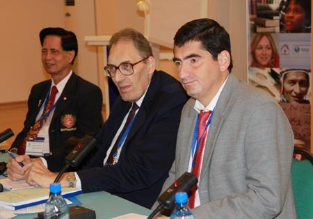 Заключительная пленарная сессия Совещания. Кароль Якубович (в центре) и Боян Радойков (справа) слушают итоговые рапорты докладчиков рабочих групп