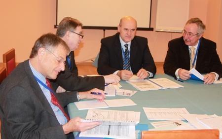 Заседание второй рабочей группы. Ее докладчики - Нив Ахитув (первый слева) и Людовит Молнар (второй слева)
