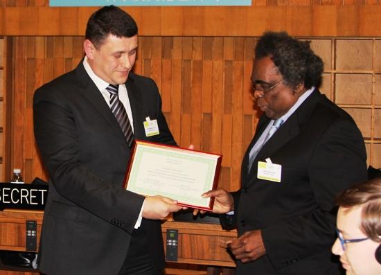 Вручение сертификата на участие в Сахалинской конференции